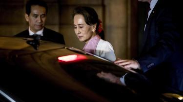 Aung San Suu Kyi afviser anklagerne om militærets massemord og massevoldtægter på rohingyaerne, et muslimsk mindretal i det nordvestlige Myanmar, som »mangelfulde og misvisende«.
