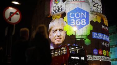 Skiltet til venstre i billedet skal ikke tillægges nogen symbolsk betydning. Det var der bare – ligesom bussen – da fotografen trykkede på knappen foran BBC's bygning natten til fredag.