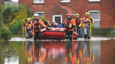 Strandende beboere bliver reddet i land ved sommerens oversvømmelser i Lincolnshire i Storbritannien. Brug det rigtige sprog om klimakrisen. Brug et sprog, der italesætter klimakrisens alvor. Hvis et ekstremt vejrfænomen skyldes klimanødsituationen, så tal om 'oversvømmelser' på grund af klimanødsituationen' i stedet for blot at tale om 'oversvømmelser'.