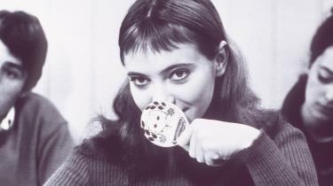 Bare 17 år gammel drog Hanne Karin Blarke Bayer, som Anna Karina dengang hed,til Paris, blev fotomodel og mødte i den sammenhæng selveste Coco Chanel, der foreslog, at hun skiftede det 'umulige' sit danske navnud med Anna Karina.