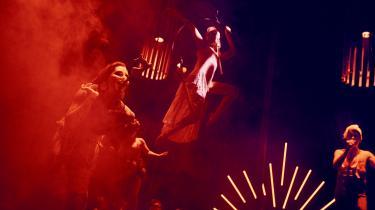 Det blev vildt og varmblodet i Sort/Hvids opsætning af 'Don Juan', både sangere og skuespillere flirtede heftigt med publikum, der blev sært opstemte.