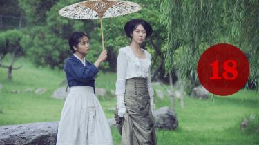 Hvem snører hvem? Publikum bliver igen og igen taget ved næsen i 'The Handmaiden'. Her er det filmens to kvindelige bedragere: den koreanske tjenestepige Tanaka, der i virkeligheden hedder Sook-Hee (Tae-ri Kim), og den unge, japanske rigkvinde, Hideko (Min-hee Kim).