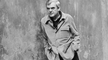 Milan Kunderahar et kompliceretforhold til sit hjemland Tjekkiet. Dette har blandtandet udmøntet sig i at han har nægtet at gennemlæse og godkende de tjekkiske oversættelser af sine egne bøger.