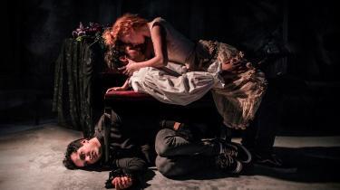 Med så enkelt et udgangspunkt som tre skuespillere, en musiker og Aarhus Teaters mindste scene, formår Oshana og holdet bag forestillingen at skabe noget virkelig smukt og originalt ud fra Goethes forlæg.
