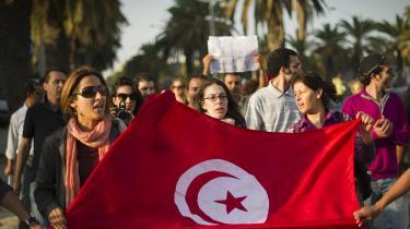 Tunesiske kvinder demonstrerer mod valgsvindel efter Tunesiens første valg efter revolutionen, hvor det islamistiske partiEnnahda vandt stort. Ved det næste valg i 2014måtteEnnahda erkende sit nederlag til det sekulære partiNidaa Tounes.