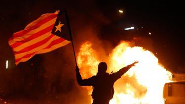 Opgøret mellem FC Barcelona og Real Madrid bød hverken på baneløbere eller større blokader. Men uden for stadion protesterede separatistbevægelsen Democratic Tsunami og satte ild til containere. Tolv mennesker kom til skade.