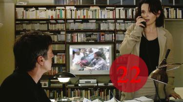 Ægteparret Georges (Daniel Auteuil) og Anne (Juliette Binoche) lever et fredeligt velhaverliv i Paris, da fortiden begynder at hjemsøge dem i Michael Hanekes 'Skjult'.