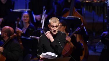 Fra scenen i Konserthuset i Stockholm, hvor den store prisceremoni fandt sted, adresserede Jonas Eikadirekte og anklagende den danske statsminister, Mette Frederiksen, der, som han bemærkede, sad i salen.