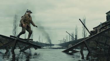 Soldaten Schofield (George MacKay) er på en vigtig mission ind bag fjendens linjer i Sam Mendens' intense krigsfilm, '1917'.
