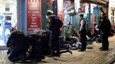 Københavns Politi foretager anholdelser i forbindelse med uroligheder med fyrværkeri på Nørrebro. Flere partier ønsker flere betjente på gaden.