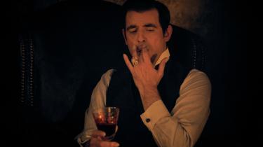 Dracula (Claes Bang) drikker ikke ... vin i Steven Moffat og Mark Gatiss' nye miniserie om den blodsugende greve, 'Dracula'.