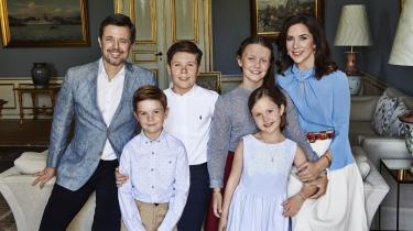 At kongehuset er en virksomhed, kan der ikke herske tvivl om. Således findes der en hel afdeling, der er sat i verden for at lave pressehåndtering og markedsføre kongehuset. Strategien går ud på at give danskerne det, man internt kalder 'det særlige øjeblik', som er små klip eller indblik i den kongelige families tilværelse. Dette billede er taget i forbindelse med kronprins Frederiks 50-årsfødselsdag sidste år.