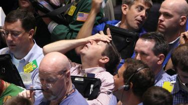 Børshandlere på New Yorks børs i september 2008 i dagene efter finanskoncernen Lehman Brothers' konkurs, der var med til at få finanskrisen dengang til at eksplodere. Og det kommer til at ske igen, og det kommer til at ramme hårdere end alle tidligere kriser, mener to tyske økonomer i ny bog.