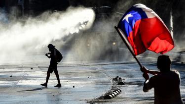Siden den 18. oktober har befolkningen i Chile demonstreret dagligt i hele landet mod uligheden og overgrebene begået af det postdiktatoriske politiske og økonomiske system. Fra gaden hører man slagordene »Det er ikke 30 pesos – det er 30 år«.