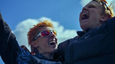 Nadja (Frederikke Dahl Hansen) og Bess (Eja Penelope Roepstorff) er nogle unge normkritiske og hårdt festende queertyper, der bruger nætterne og morgenerne på at høre techno og tage stoffer og dagene på at splatte ud i Bess' lejlighed.