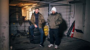 Klumben (th.) og Raske Penge har lige udgivet deres fælles debutalbum, men under det musikalske samarbejde er der plads til at være både forskellige og uenige om en lang række ting: Om hvor politisk musikken skal være, og om hvor kommercielt man skal optræde som musiker.
