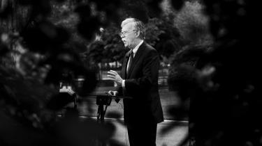 Det har hele tiden ligget i kortene, at Bolton ville kunne belaste Trump mere end andre vidner i Det Hvide Hus i forhold til præsidentens pres på Ukraines præsident og tilbageholdelse af 391 millioner dollar i militærhjælp sidste sommer.