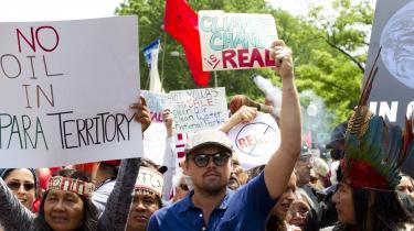 Leonardo Dicaprio har gennem den senere tid meldt sig somforegangsmand i klimakampen. Her ses han eksmeplvis gå forrest iPeoples Climate March iWashington i2017. Nu vil det vise sig om hans læsevaner også kan været med til at fremme budskabet. Ugens bogspalte kan i hvert fald afløre,at Dicaprio læserNaomi Kleins'This Changes Everything – Capitalism vs the Climate'.