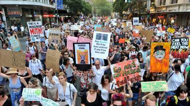I Sydney var over 30.000 demonstranter ifølge politiet på gaden fredag for at kræve premierminister Scott Morrisons afgang som konsekvens af centrum-højre-regeringens svage klimapolitik og svigtende indsats under de aktuelle katastrofebrande.