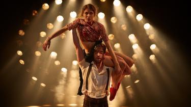 Astrid Elbos Bonnie og Ulrik Birkkjærs Clyde er begge yndefulde med lange, stærke, slanke lemmer. Deres baggrund i balletten fornægter sig ikke.