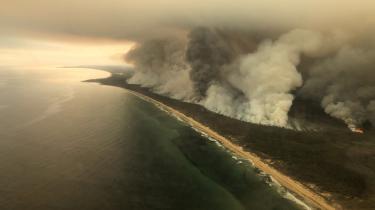 Skoven på kysten ved East Gippsland syd for Sidney i flammer. Professor Ole Wæver ser de omfattende brande i Australien som en muligt Tjernobyl-øjeblik, der får verden til at reagere.