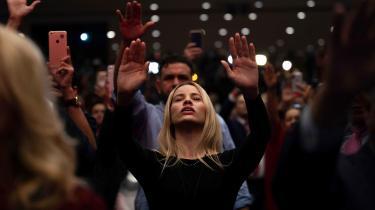 Evangelikere ogtilhængere af den amerikanskepræsident DonaldTrump er samlet i bøn, da præsidenten holdte tale d. 3. januari forbindelse med sin Trump-kampagnei Miami, Florida.I dag er de fundamentalistiske protestanter, vi kender som evangelikere, og de konservativt-katolske kristne Donald Trumps mest glødende tilhængere.
