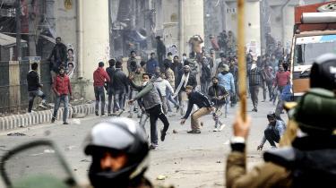 Der har nu i en måned været protester mod regeringens kontroversielle lov om statsborgerskab. Nogle af de mere voldsomme fandt sted i Dehli kort før jul, hvor især studerende kom i blodige sammenstød med politiet.