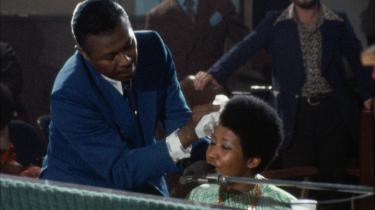 Koncertfilmen 'Amazing Grace' er fuld af nostalgisk varme, funky æstetik, menneskelig overgivelse, kristen potens og musikalsk mesterskab – og Aretha Franklins far, der tørrer sveden af sin datters pande.