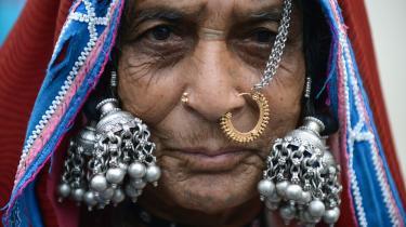 En kvinde i Hyderabad i Indien fejrer FN's internationale dag for oprindelige folk, der bliver afholdt hvert år den 9. august.