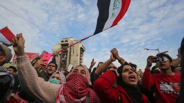 2020'erne begyndte med likvideringen af Mellemøstens måske mest magtfulde mand, og hans død lader til at have udløst en kædereaktion af uoverskuelige scenarier. Hvem ved, hvad der venter i 2020, spørger skribent Waleed Safi.Her ses et billede fra Irak, hvor en protestbevægelse kræver mindre indblanding fra amerikanere og iranere.