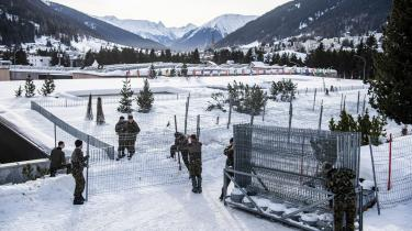 Schweiziske soldater sætter hegn op om området, hvor det årlige Davos-topmøde skal afholdes. Og mødet står i hidtil uhørt grad af i miljøet og klimaets tegn: I den rapport, der forud for mødet beskriver de udfordringer, mødedeltagerne skal håndtere, ligger klima- og miljørelaterede emner øverst på dagsordenen.