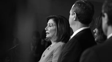 På en pressekonference i går i Repræsentanternes Hus kaldte Nancy Pelosi Trumps og republikanernes bestræbelser på at få rigsretssagen forkastet for et »coverup«. Uagtet udfaldet af rettergangen i Senatet forudsagde hun desuden, at »Donald Trump vil være brændemærket for evig tid som en præsident, der blev stillet for en rigsret.«