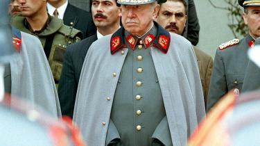 Ligesom det er tilfældet for vor tids største chilenske forfatterRoberto Bolañosforfatterskab, er traumet efter det totalitære regime i Chile så stort og uoverkommeligt i Zambras tekster, at det lader til at være umuligt at skrive en bog om AugustoPinochet – men lige så umuligt at skrive en bog uden. General Pinochetvar leder af militærdiktaturet, der regerede Chile fra 1973 til 1990.