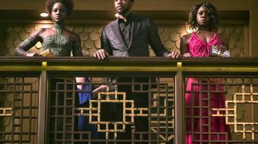 For mange afro-amerikanske kvinder er paryk det normale, men ikke for Danai Guriras karakter (t.h.) i den afrofuturistiske film 'Black Panther'. For hende var det at påføre sin isse en glat paryk som at klæde sig ud. Det bemærkede Nola Grace Gaardmand, som et tegn på, at noget har forandret sig.