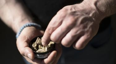 Regeringens nye tobaksaftale rammer også snus, der med aftalen ikke længere må være synligt i butikkerne, og pakkerne skal have et neutralt, ensartet udseende. Sundhedsminister Magnus Heinecke har desuden slået fast, at tobaksaftalens handlingsplan om røgfri skoletid også gælder for andre tobaksprodukter såsom snus.