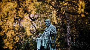 Carlisles biografi om den danske filosof Søren Kierkegaard er ganske vellykket, og får hovedperosnen til at tagesig lyslevende ud for læseren. På billedet her ses en statue af selv samme hovedperson, placeret i Bibliotekshaven ved Den Sorte Diamant, i indre København.