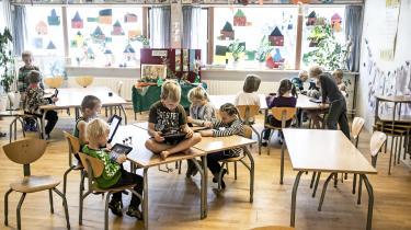 Teknologifikserede embedsmænd og politikere vil digitalisere folkeskolen i stedet for at holde fokus på udviklingen af børnenes læsefærdigheder. Det efterlader lærerne med et krav om at lære børnene at bruge den nye teknologi, som mange af lærerne måske ikke selv hverken bruger eller forstår, skriver dagens kronikør.