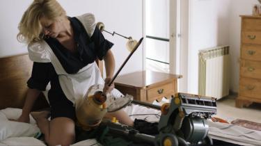 Roee Rosens film 'The Dust Channel' er kort fortalt en humoristisk, sjofel og socialt indigneret operette om en støvsuger og om renhed som ideal.