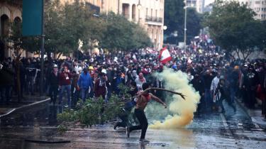 »Den ellers så lystigt dansende revolution har taget kampstøvler på i protesterne mod det sekteriske politiske system, der i 30 år har gjort libanesisk politik til en mafia,« skriver Lasse Ellegaard i denne leder. Billedet er fra lørdagens protesti den libanesiske hovedstad, Beirut.