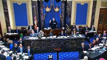 Så blev rigsretssagen mod præsident Trump skudt i gang. I midten har vi højesteretspræsident John Roberts, der præsiderer over rigsretssagen.