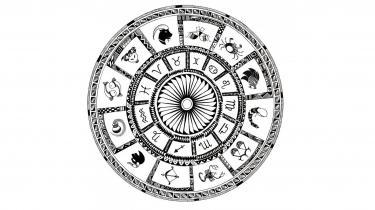 Der findes 12 stjernetegn, men ikke alle tegn er beskrevet lige flaterende. Stenbukken er for eksempel ikke udstyret med nogen stor social eller humoristisk sans – og helt ude af stand til at nyde livet, skriver kulturanmelder Nanna Goul.