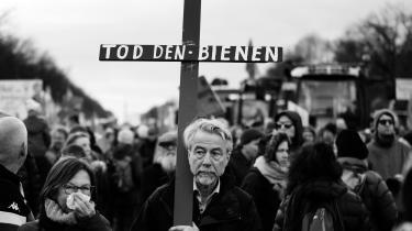 Den store årlige landsbrugsmesse i Berlin har været præget af demonstrationer både for imod en omstilling af tysk landbrug. Mens landmændene føler, at kravene fra de grønne bevægelser vil udhule grundlaget for deres erhverv, vil de grønne have fart på omstillingen og demonstrerer som her for indgreb mod udryddelse af bier.