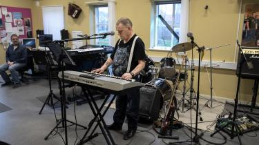 I fem år har Kim Schmidt arbejdet på at indspille en CD med John Mogensen sange. Han får hjælp af musiklæreren på Kofoedsminde.