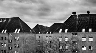 Boligselskabet Bo-Vita, der skal gennemføre salget af boligerne i Mjølnerparken, regner ikke med, at det bliver et problem. Men i flere af Mjølnerparkens opgange bor der folk, som ikke ønsker at flytte. De holder af at bo her, men kan ikke få garanti for, at det ikke bliver nødvendigt at tvangsflytte dem som følge af ghettopakken.