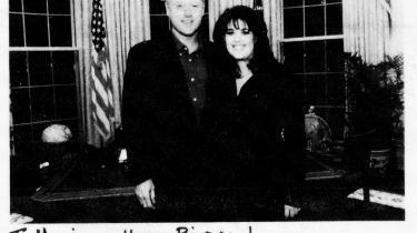 Fotokopi af fødselsdagskort fra præsidenten til praktikanten Monica Lewinsky, da hun fyldte 24. Billedet indgik som juridisk materiale i rigsretssagen mod Bill Clinton.