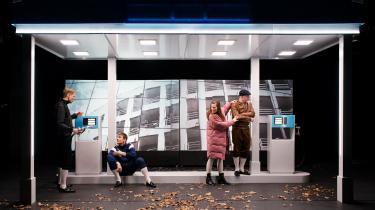 Forestillingen 'De Hovedløse' på Mungo Park formår at fastholde opmærksomheden på grund af skuespillernes præcise gestik og bevægelser, som formår at skabe komprimerede udtryk af charme, uhygge, humor og kropslig intensitet.