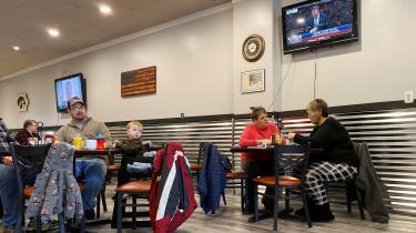 Rigsretssagen mod Trump fylder godt på sendefladen i amerikansk tv. Her er vi på en diner i Muscatine, Iowa.