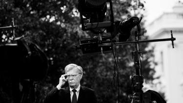 John Bolton, Trumps tidligere sikkerhedsrådgiver, har skrevet en bog, der bliver udgivet til marts. The New York Times løfter dog allerede nu for noget af indholdet. Angiveligt skriver Bolton, at Trump i august fortalte Bolton, at han ville indefryse militærhjælp til Ukraine, indtil præsident Volodimir Zelenskij offentligt bebudede en retlig undersøgelse af Joe Biden. Præcis det, som Trump er anklaget for i rigsretssagen.