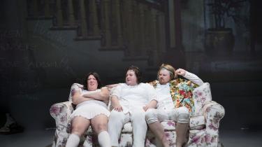 Marie Knudsen Fogh, Ena Spottag og Jacob Moth-Poulsen er intense og overbevisende i en grad, så de konstant bevarer vores fulde opmærksomhed i Tue Bierings grænseoverskridende iscenesættelse på Aalborg Teater.