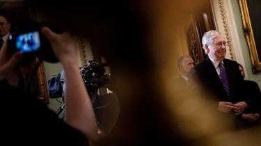 I løbet af onsdagen lagde den republikanske flertalsleder Mitch McConnell ifølge amerikansk presse et kolossalt pres på senatorer i partiet, der endnu ikke har meldt ud, hvorvidt de vil støtte et forslag fra demokraterne om at indkalde vidner.